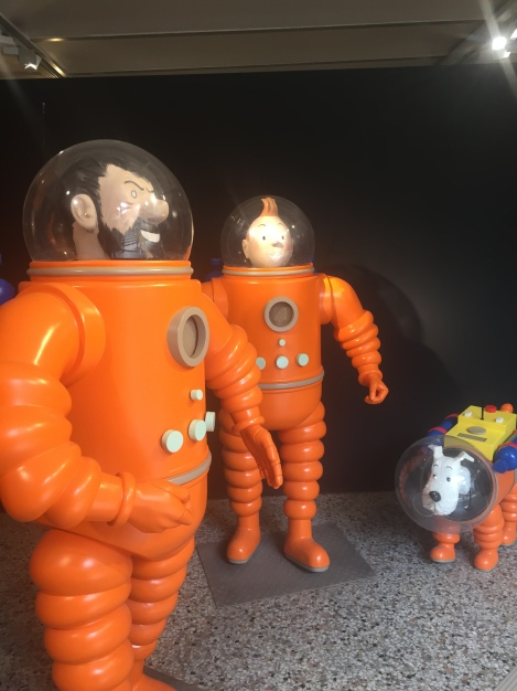 Capitaine Haddock, Tintin (Tim) und Milou (Struppi) sind bereit für die Mondlandung. Der Comic-Band erschien 1954 - ganze 15 Jahre vor der ersten wirklichen Mondlandung im Jahre 1969. (c) Andres Frosch.