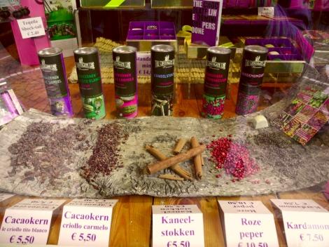 In seiner Schoko-Boutique verkauft Persoone auch Kakao und Gewürze von seiner mexikanischen Plantage. (c) Andres Frosch