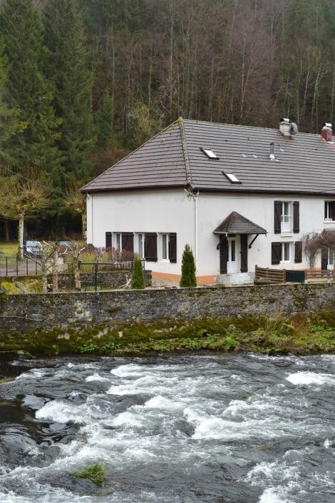 Ihr Haus liegt direkt am Fluss Ain. (c) Andres Frosch