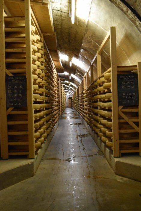 Im Fort St Antoine reifen Tausende von Comté-Käsen. (c) Andres Frosch
