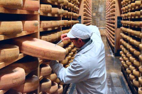 Der Reifegrad des Käses wird laufend überprüft. (c) Andres Frosch